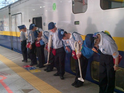 First-Class Cleaning Service on Japan Rails Transforms Into a Science images