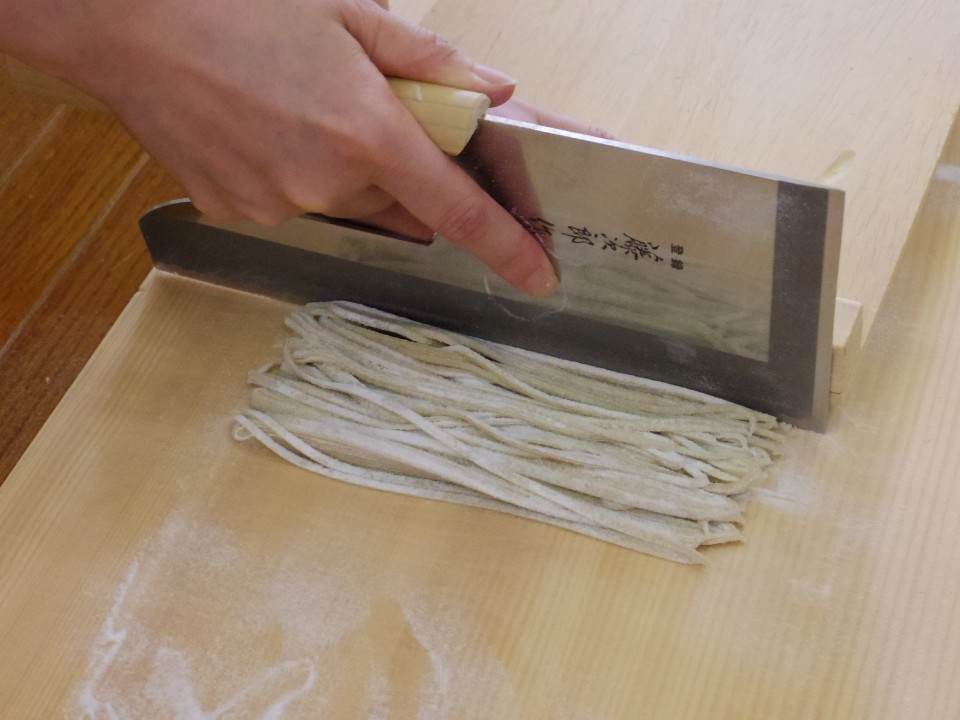 Making Soba noodles