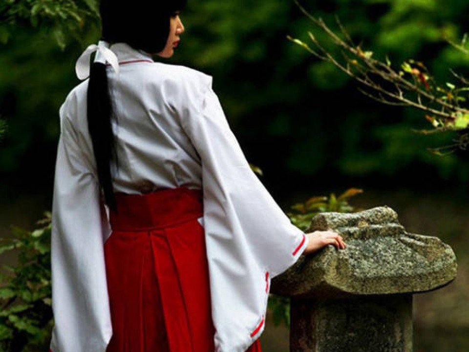 A shrine maiden – Image by: item.rakuten.co.jp