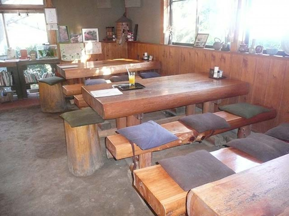 The simple feeling of an earthen floor is characteristic of the restaurant's interior