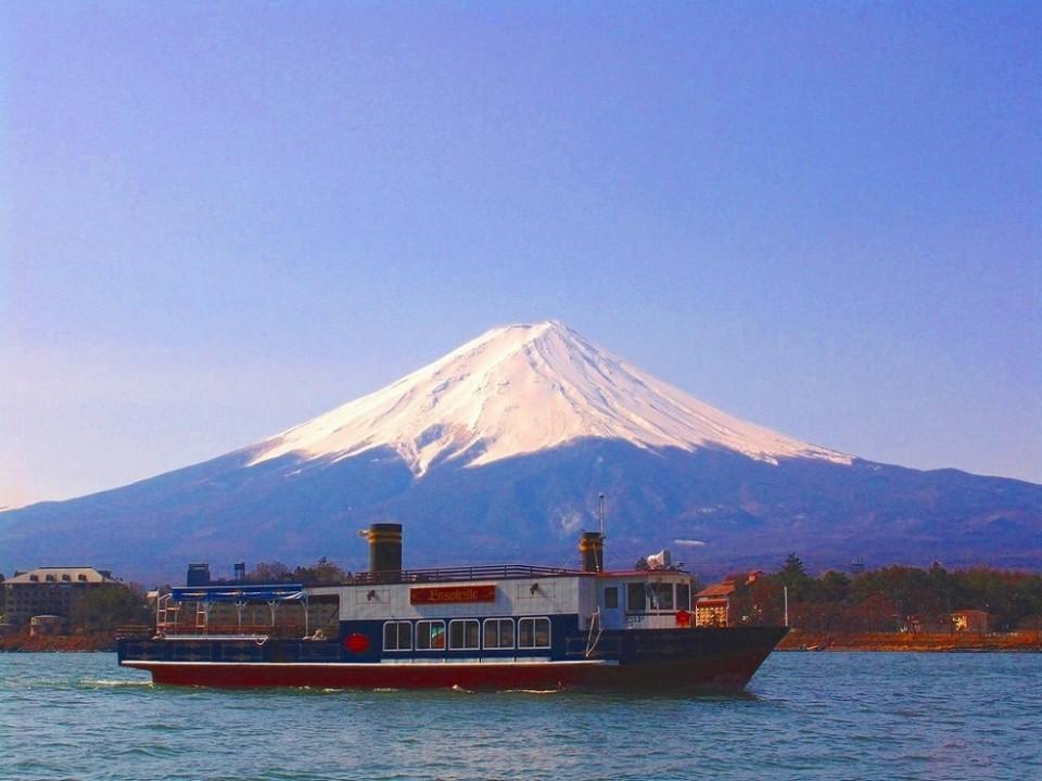 Kawaguchiko Excursion Ship Ensoleille / (C)2014 Fujikyuko Co., Ltd.