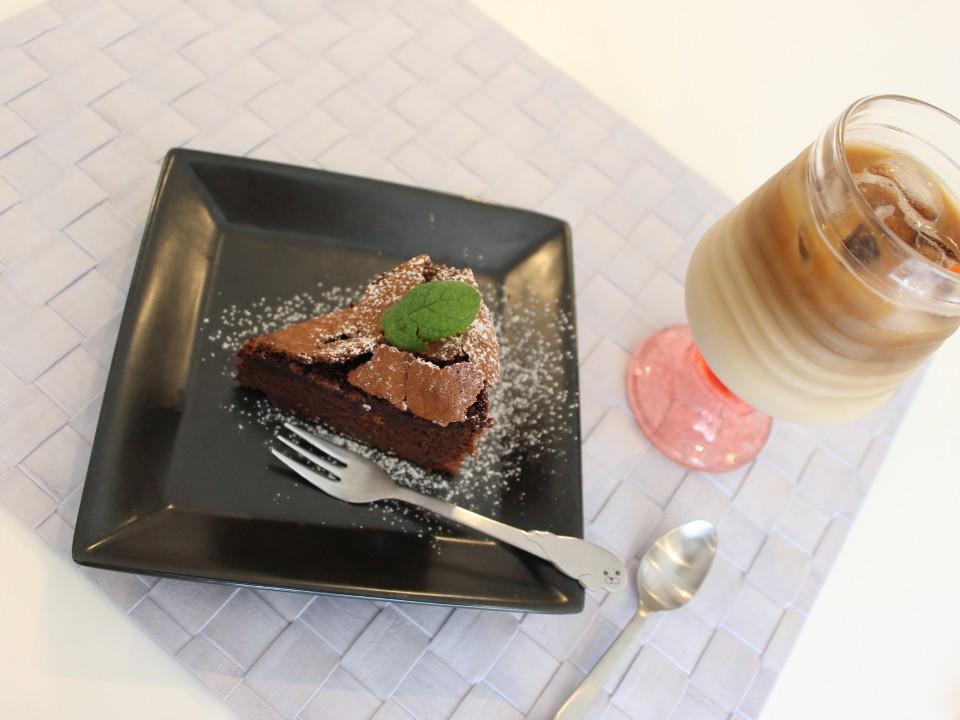 Gateau au chocolat & iced cafe au lait