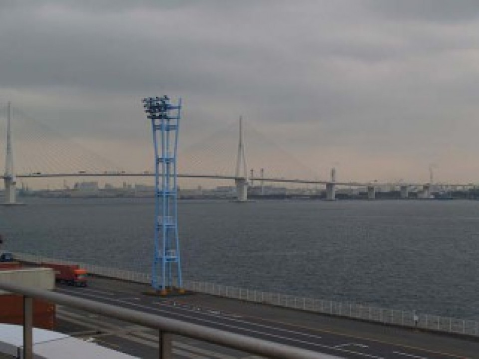 You can enjoy a sweeping view Tsurumi Tsubasa Bridge from the terrace.