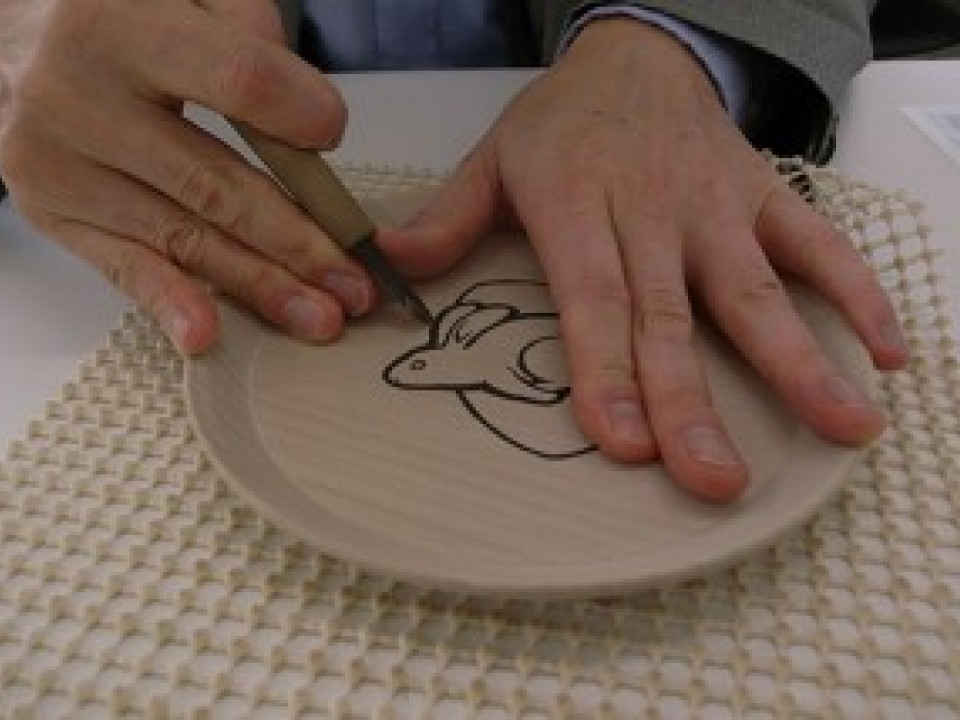 Carving outwards: I carve forcefully while pushing with my left thumb.