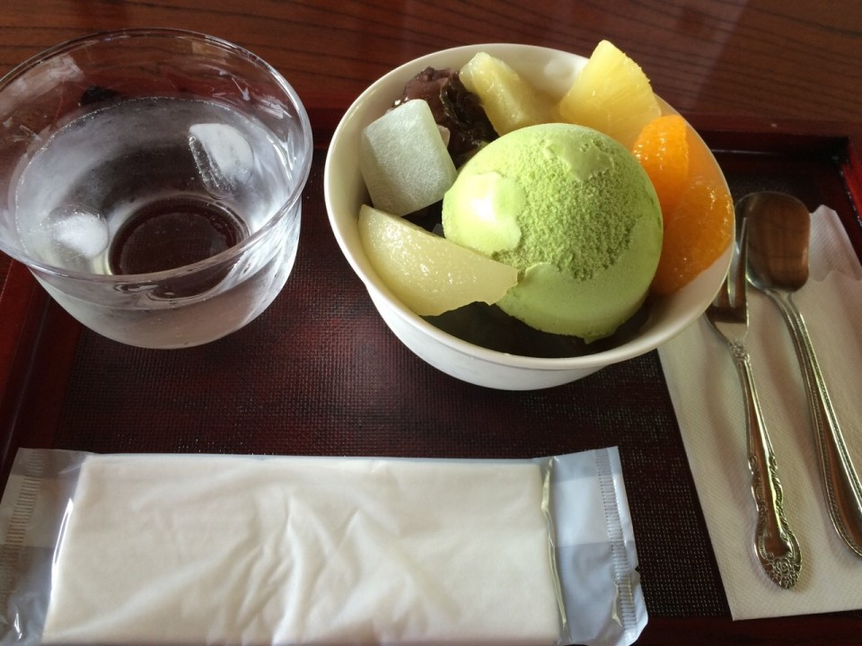 Anmitsu topped with green tea ice cream(450 yen)