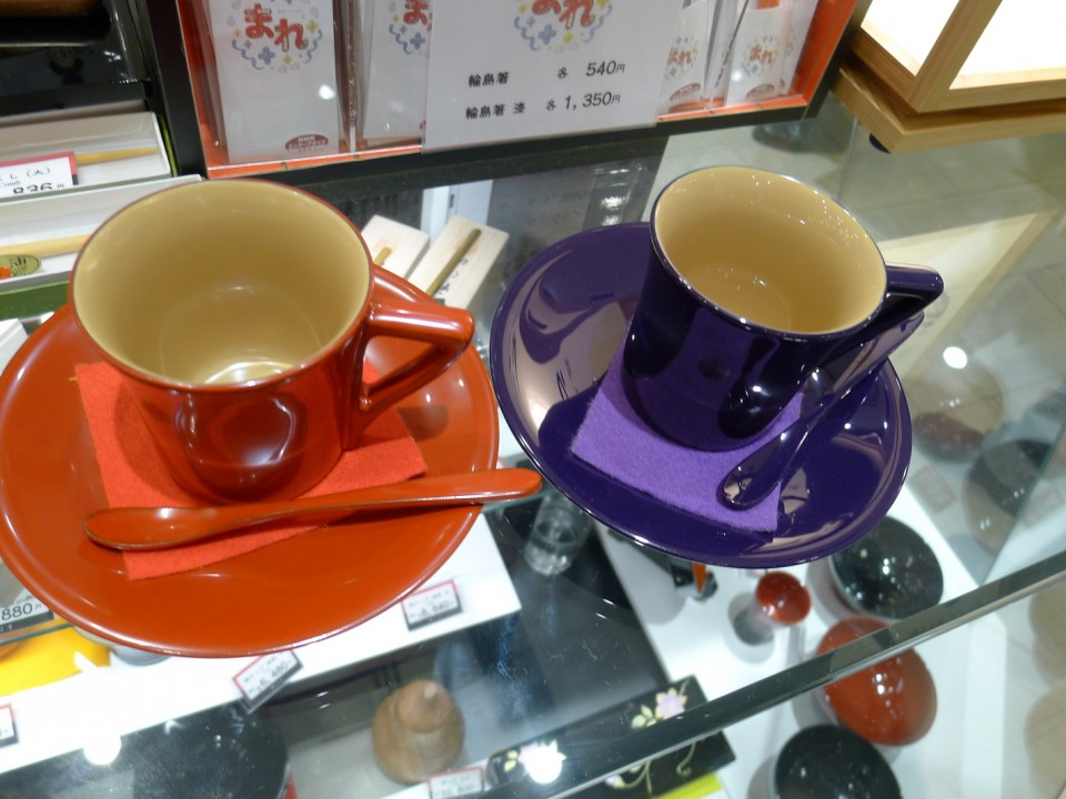 You think this is porcelain? No, this is wood with urushi coated tea cups. Light, don't get hot.... nice....