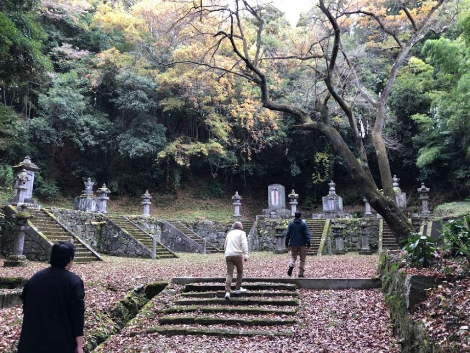 The first nine of the ruling Niwa Daimyo are buried here.