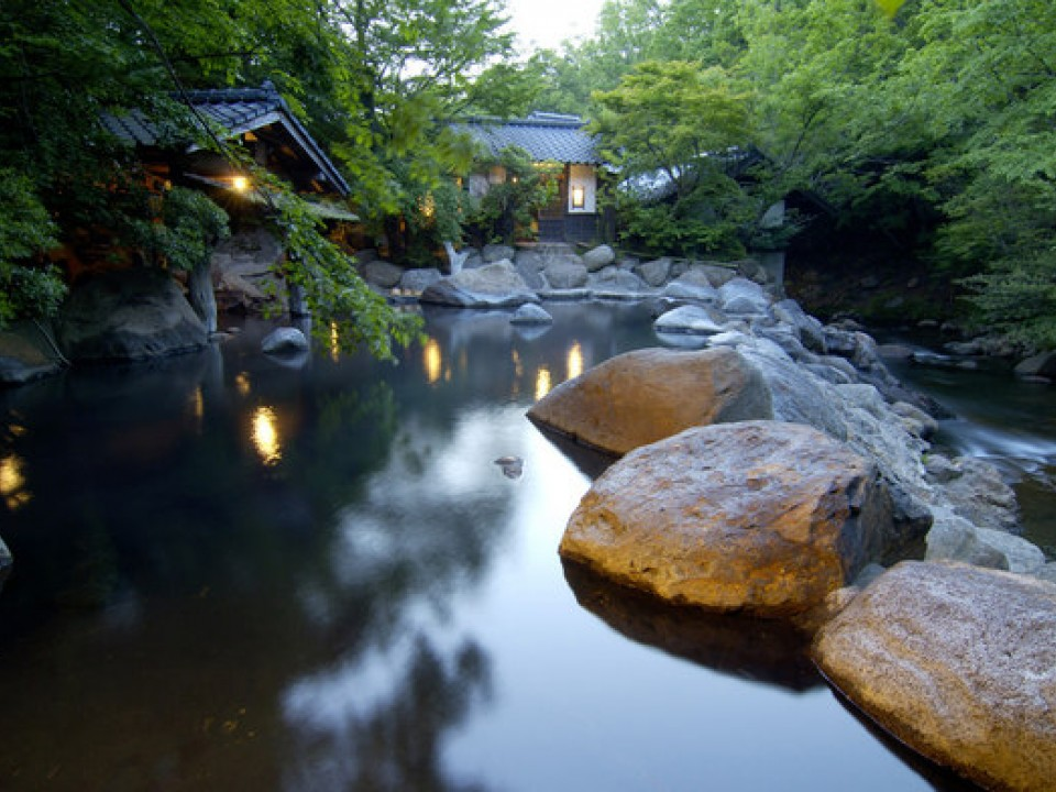 Outdoor spring at Yamamizuki Inn (from inn's homepage)
