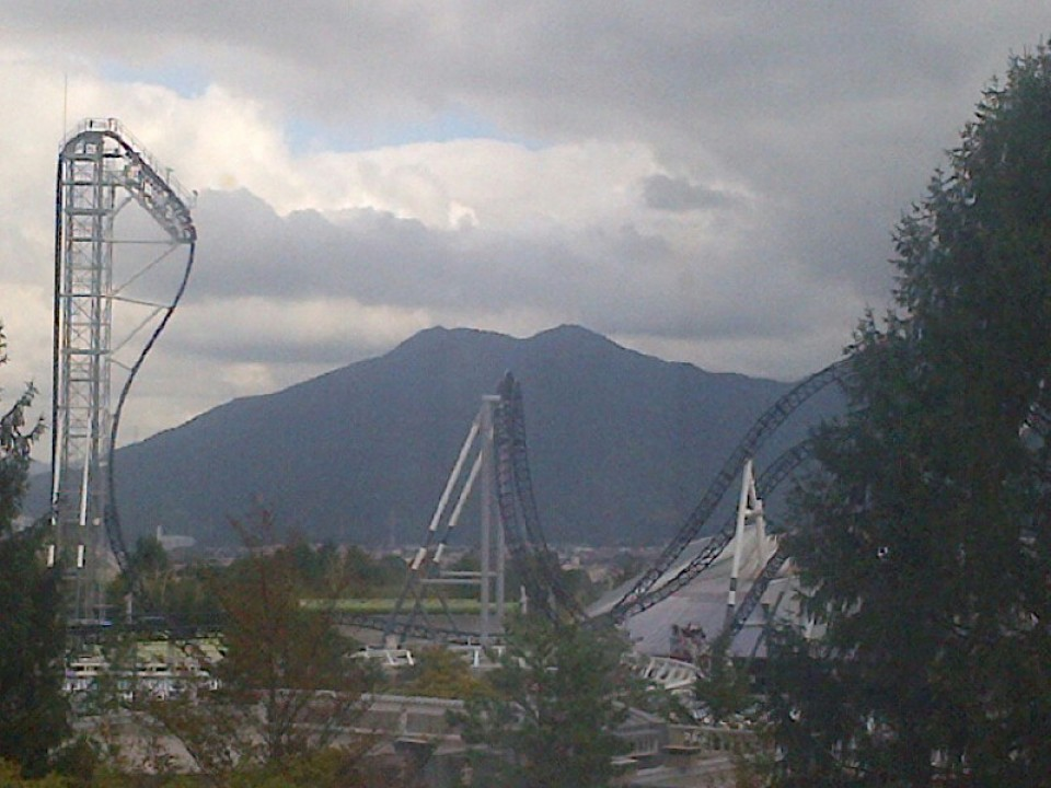 Roller Coaster FUJIYAMA from the hotel meeting room window! Wow!