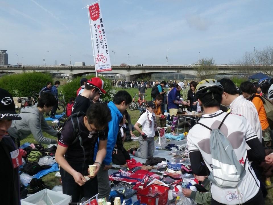 A flea market on the riverside!