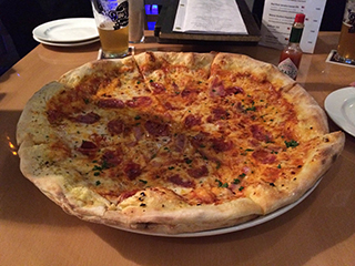 The pizza with pork sausage, pancetta, salami and chili (2,550 yen).